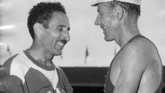 Alain-Mimoun-l-und-Emil-Zatopek-bei-den-Olympischen-Spielen-1956-in-Melbourne